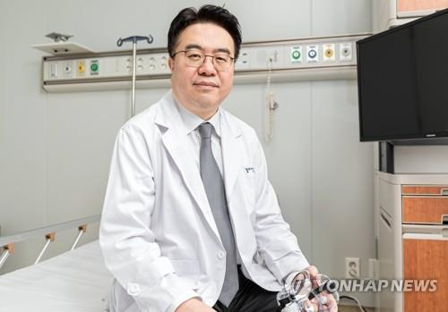 Eom Joong-sik, an infectious disease professor at the Gachon University Gil Medical Center in Incheon, west of Seoul, poses for the camera in this photo provided by the hospital.(PHOTO NOT FOR SALE) (Yonhap)