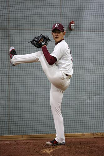 Cho Young-gun of the Kiwoom Heroes pitches in the bullpen at Gocheok Sky Dome in Seoul during spring training on Feb. 5, 2021, in this photo provided by the Heroes. (PHOTO NOT FOR SALE) (Yonhap)