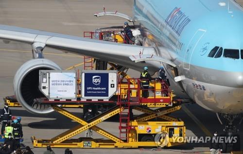 A Korean Air plane unloads the first shipment of Pfizer Inc.'s COVID-19 vaccine at Incheon airport, west of Seoul, on Feb. 26, 2021. The shipment of 58,500 doses via the COVAX Facility is earmarked for an initial group of health workers in the first phase of South Korea's vaccination program that began the same day. (Yonhap)