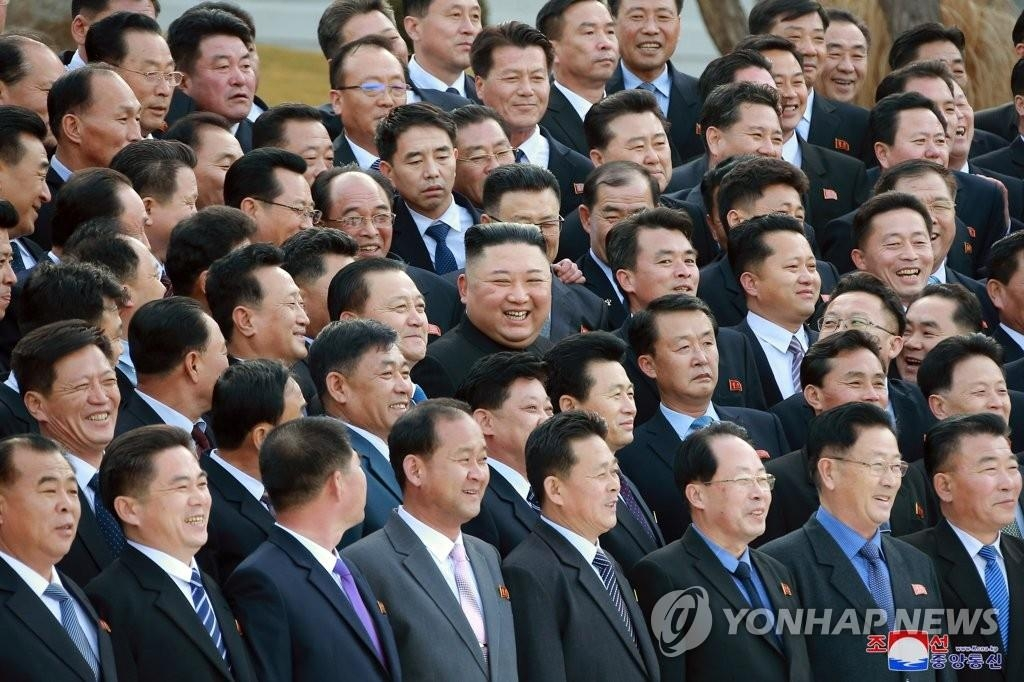 North Korean leader Kim Jong-un (C) holds a photo session on March 6, 2021, with chief secretaries of the city and county party committees as the country's first workshop with the local party officials ended, in this photo released by the North's official Korean Central News Agency. (For Use Only in the Republic of Korea. No Redistribution) (Yonhap)