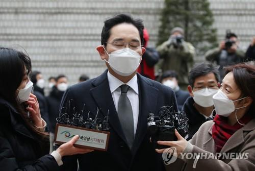 This Jan. 18, 2021, photo shows Lee Jae-yong, vice chairman of Samsung Electronics Co., heading to the Seoul High Court to attend a sentencing hearing for a high-profile bribery case. (Yonhap)
