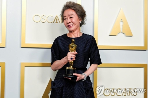 "South Korean Youn Yuh-jung poses for photos after winning best actress in a supporting role for ""Minari"" at the 93rd Oscars on April 25, 2021, in this AP photo. (Yonhap)"