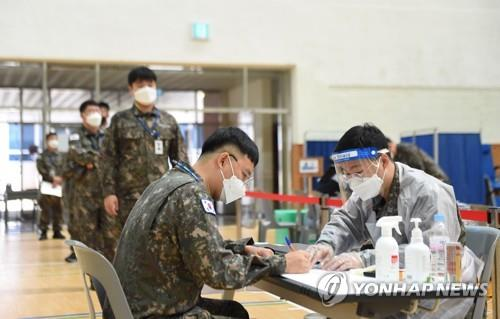 Service members undergo procedures to receive COVID-19 vaccines at an inoculation center on the Submarine Force Command in the southeastern city of Changwon on April 28, 2021, in this photo provided by the defense ministry. (PHOTO NOT FOR SALE) (Yonhap)