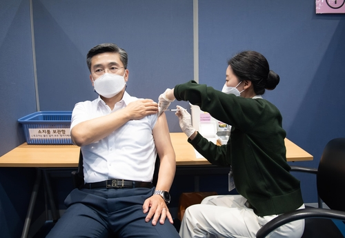 (LEAD) Military to wrap up first dose vaccinations of troops over age 30 this week