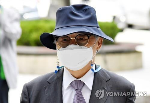 Former Busan Mayor Oh Keo-don attends a hearing at the Busan District Court on June 21, 2021. (Yonhap)