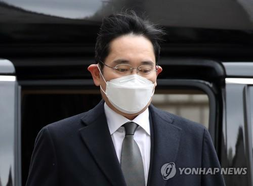 This file photo from Jan. 18, 2021, shows Lee Jae-yong, the de facto head of Samsung Group, prior to a sentencing hearing over bribery allegations at Seoul High Court in Seoul. (Yonhap)