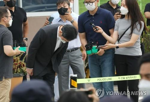 Lee Jae-yong, vice chairman of Samsung Electronics Co., bows after he was released on parole from the Seoul Detention Center in Uiwang, 25 kilometers south of Seoul, on Aug. 13, 2021. (Yonhap)