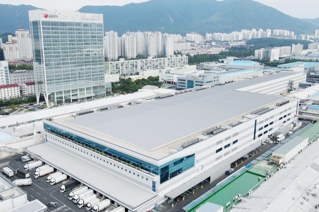 This photo provided by LG Electronics Inc. on Sept. 16, 2021, shows the company's reconstructed production building at LG Smart Park in Changwon, 400 kilometers south of Seoul. (PHOTO NOT FOR SALE) (Yonhap)