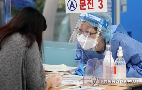 A medical worker conducts a COVID-19 test at a makeshift testing station in Gwangju on Sept. 19, 2021. (Yonhap)