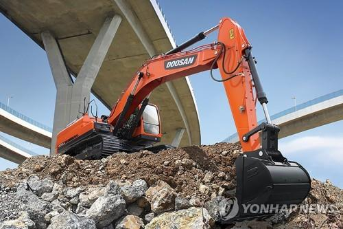 This photo, provided by Hyundai Doosan Infracore Co. on Oct. 6, 2021, shows a 34-ton excavator manufactured by the company. (PHOTO NOT FOR SALE) (Yonhap)