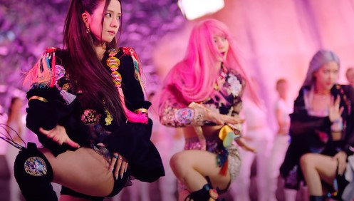 Capture d'écran du clip de «How You Like That» de Blackpink montrant le groupe vêtu de hanboks modernisés. (Archivage et revente interdits)