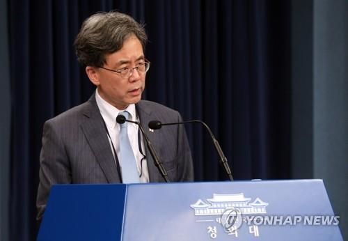 会見する金鉉宗・青瓦台国家安保室第2次長=23日、ソウル(聯合ニュース)