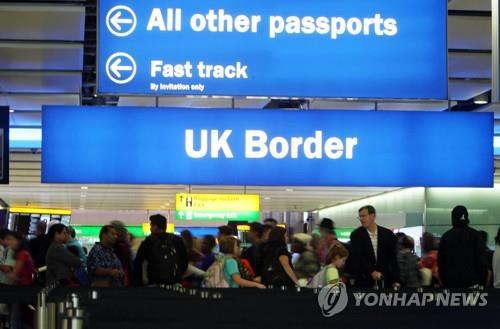 히스로 공항에서 입국 심사를 위해 대기 중인 이용객들 [연합뉴스 자료사진]