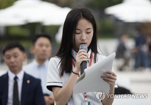 2017년 6월 9일 고려인 4세 김율랴 양이 성인이 돼도 대한민국에서 살 수 있도록 법 개정을 호소하는 편지를 읽고 있다. [연합뉴스 자료사진]