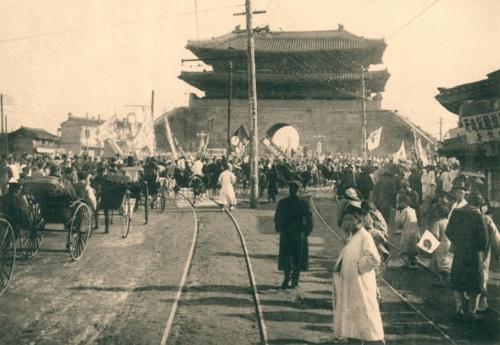 (서울=연합뉴스) 주변에 전차선로가 개설되고 전봇대가 세워진 1912년 숭례문.