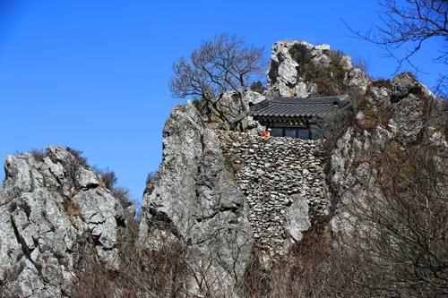 도솔암과 주변 기암의 풍경 [사진/전수영 기자]