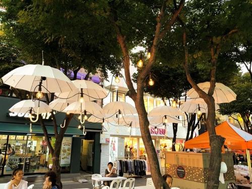 부평문화의거리에 설치된 우산 모형의 조명