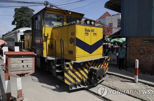 노선을 복구해 캄보디아 수도 프놈펜에서 태국 국경까지 운행하는 열차/2018.7.4