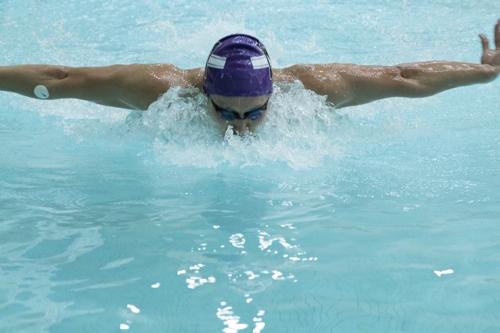 땀 센서를 붙이고 수영을 하는 모습 [John Rogers Research Group 제공]