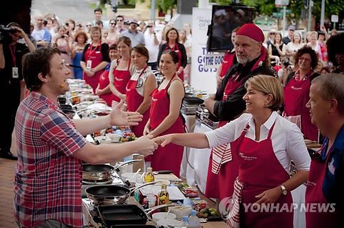 요리 강습 중인 제이미 올리버(왼쪽) [EPA=연합뉴스 자료사진]