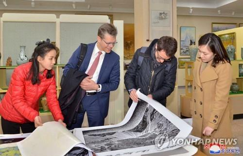 북한 만수대창작사 찾은 스위스 외교부 대표단