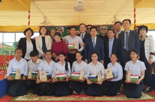 캄보디아 시엠립주 수원 고교 첫 졸업생들