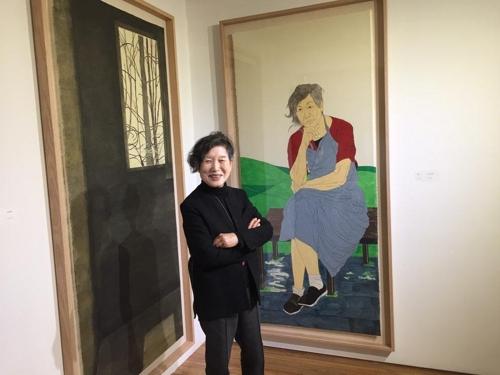 (서울=연합뉴스) = OCI미술관에서 7일 개막한 개인전 '벗들의 초상을 그리다' 전시장에 선 윤석남 작가.