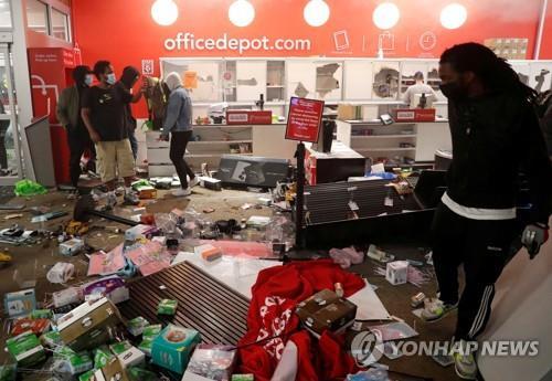 미네소타 시위대 난입으로 흐트러진 한 가게 모습