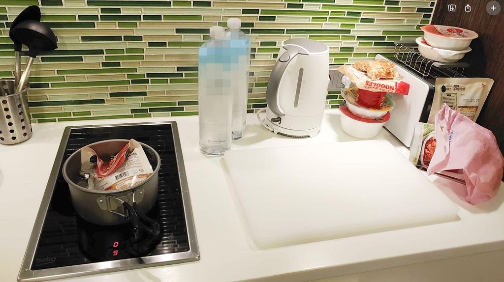 운이 좋아 호텔 방에 주방 시설이 있으면 봉지에 든 육개장 등을 끓여 먹을 수 있다. [독자 제공]