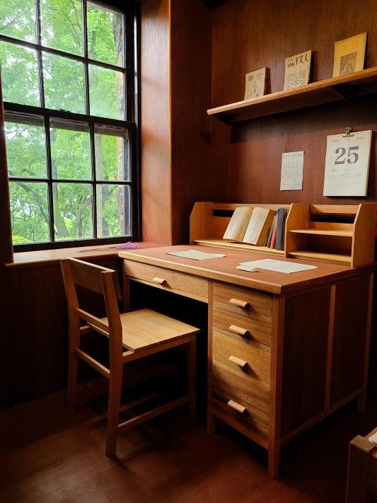 윤동주의 기숙사 방을 재해석한 전시실의 책상