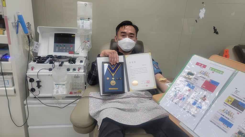 헌혈 100회 명예장 받은 육군 공병학고 이건수 서기관