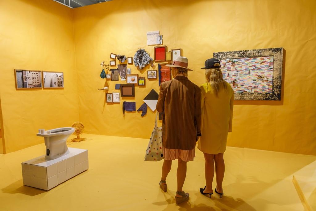 브라질 갤러리의 작품을 둘러보는 관람객들 [홍콩관광청 제공]