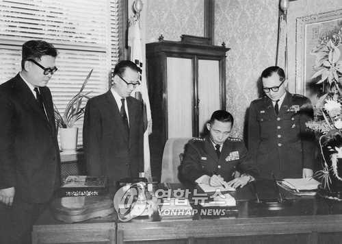 통과된 헌법개정안에 서명하고 있는 박정희 의장