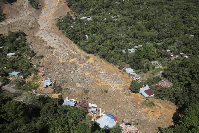 허리케인으로 산사태가 발생한 과테말라의 한 마을