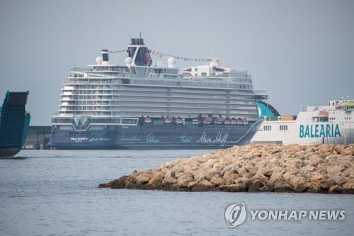 크루즈선 '마인 쉬프 2'가 스페인 마요르카섬의 휴양 도시 팔머에 도착하고 있다. 사진은 기사 내용과 직접적 연관이 없음. [EPA=연합뉴스 자료사진]
