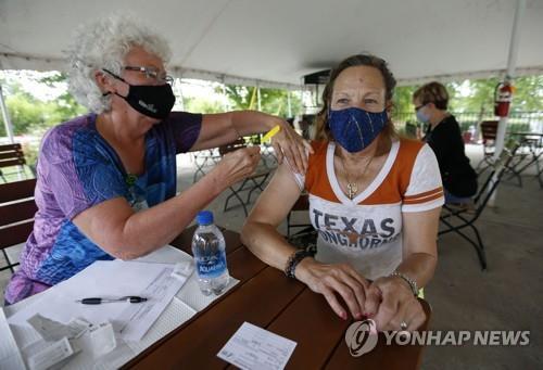 코로나 백신을 맞는 텍사스주 주민