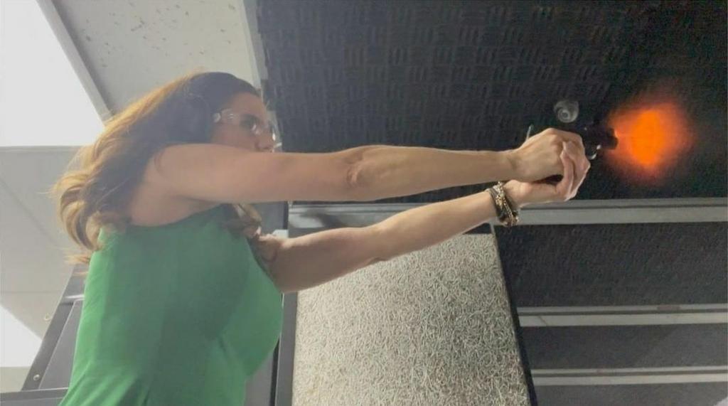 사격 연습하는 낸시 메이스 의원