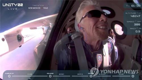 우주 비행기 유니티에 탑승한 리처드 브랜슨