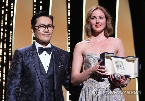제74회 칸 국제 영화제에서 여우주연상을 시상한 배우 이병헌