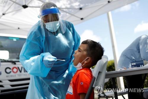 플로리다주의 한 어린이가 코로나19 검사를 받는 모습