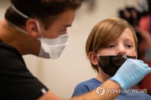 17일(현지시간) 미 켄터키주 루이빌의 한 초등학교에서 학생이 코로나19 검사를 받고 있다. [AFP=연합뉴스]