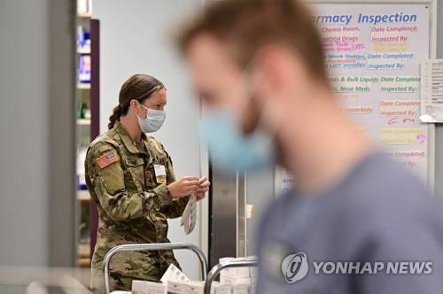 16일(현지시간) 미 켄터키주의 세인트 클레어 지역의료센터 약제실에서 주 방위군 요원이 의료 업무를 지원하고 있다. [AFP=연합뉴스]