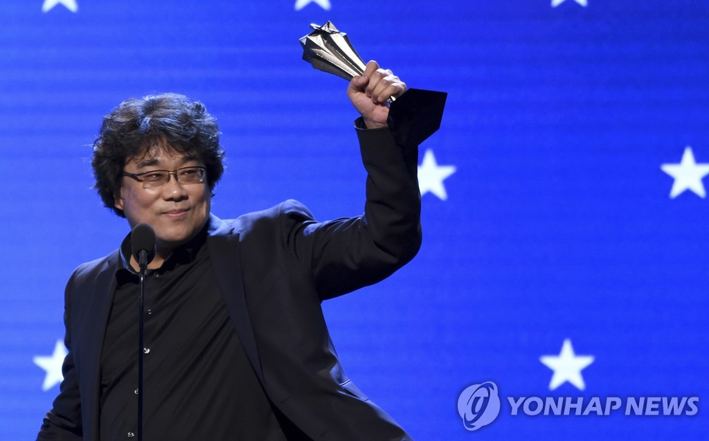"Bong Joon-ho accepts the award for best director for ""Parasite"" at the 25th annual Critics' Choice Awards on Jan. 12, 2020, at the Barker Hangar in Santa Monica, California, in this photo released by the Associated Press. (Yonhap)"