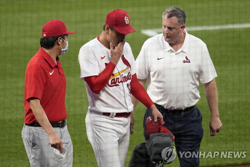 허리 통증을 느껴 마운드를 내려가는 김광현