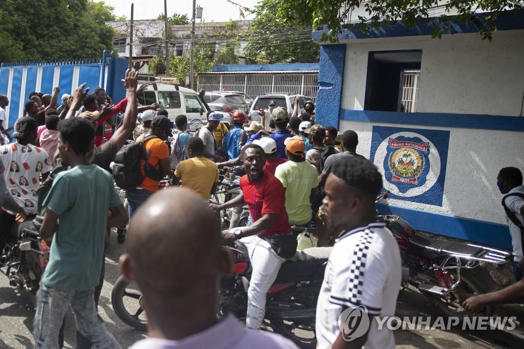 경찰서 앞에 모인 아이티 사람들