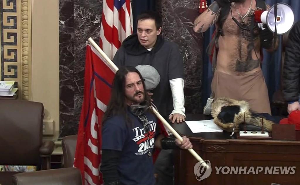 미 의회에 난입한 호지킨스의 모습 [AP/미 연방 의회 경찰=연합뉴스]