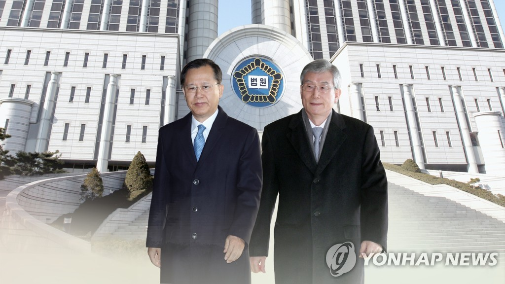 The image shows former Supreme Court Justices Park Byong-dae (L) and Ko Young-han on Dec. 5, 2018. (Yonhap)
