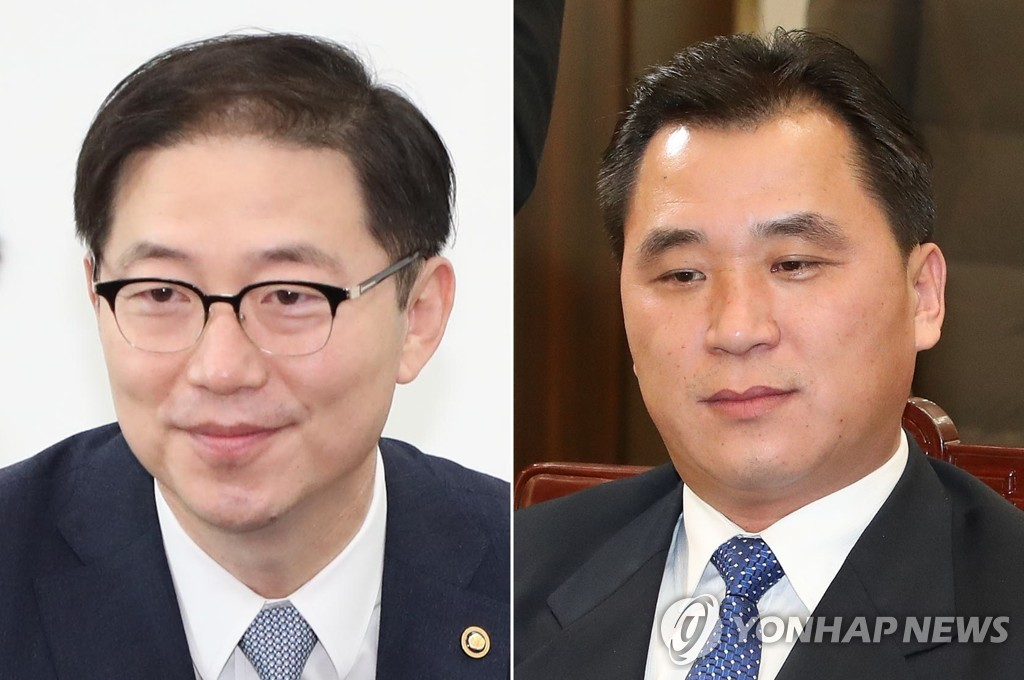 Vice Unification Minister Chun Hae-sung (L) and his North Korean counterpart Hwang Chung-song met at the joint liaison office in the North's border town of Kaesong on Jan. 11, 2019. (Yonhap)