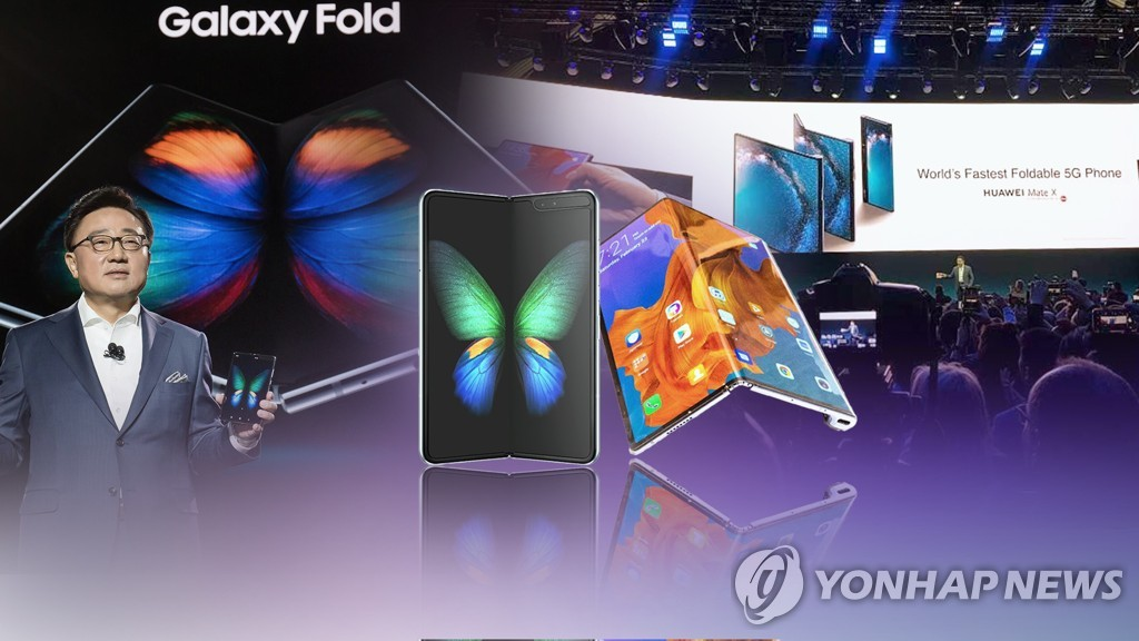 Foldable smartphones by Samsung Electronics Co. (L) and Huawei Technologies Co. (R) are show in this file image posted on June 19, 2019. (Yonhap)