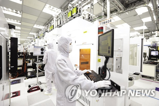 This undated photo provided by SK hynix Inc. shows workers at the company's chip plant in Icheon, south of Seoul. (PHOTO NOT FOR SALE) (Yonhap)